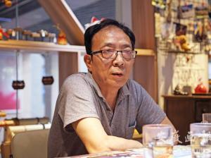 梁小斌:我长时间地蹲在修理风筝的时光里